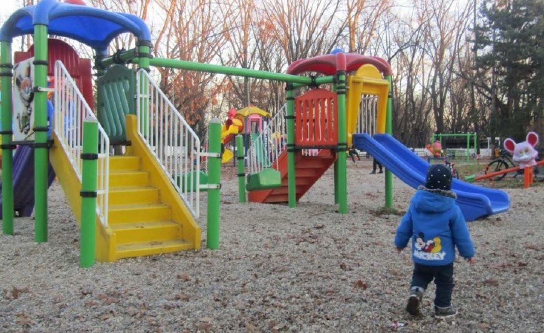 O fetiţă a murit la un loc de joacă din Făgăraş