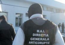 Ofiţerii DGA au susţinut că agentul de poliţie a cerut mită 700 de euro şi 100 de lei.