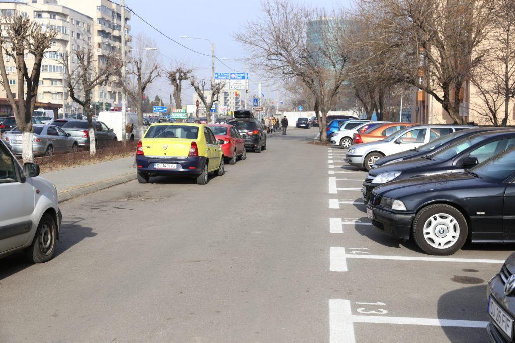 Locurile rezidenţiale de parcare amenajate în zona blocurilor M de pe bulevardul 1 Mai