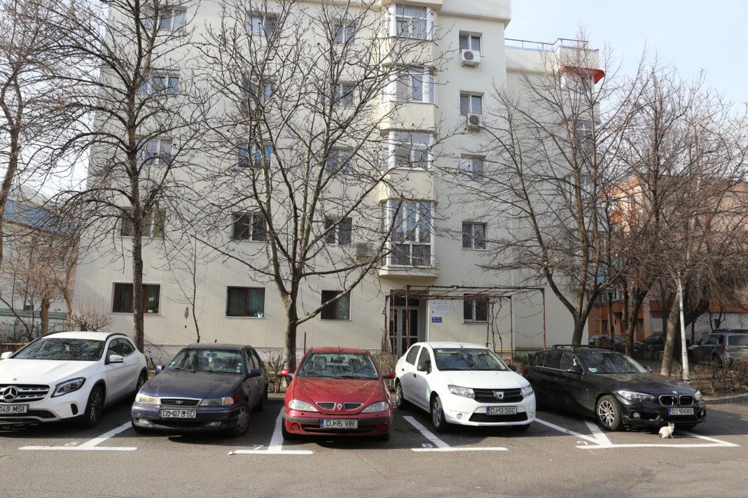 Primăria Craiova amenajase, pentru început, 368 de locuri în parcările de reşedinţă, care urma să fie atribuite din data de 2 martie. Atribuirea a fost însă amânată pentru o dată ulterioară, nespecificată încă.