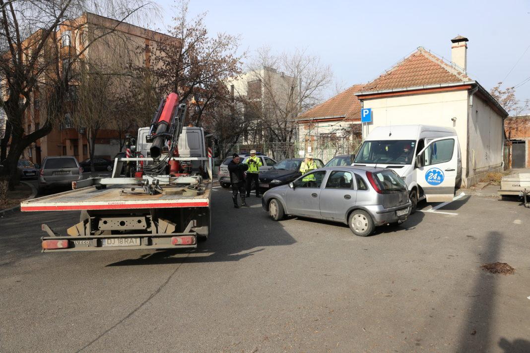 Maşina de ridicări a RAT, în acţiune în parcarea blocurilor M de pe bulevardul 1 Mai