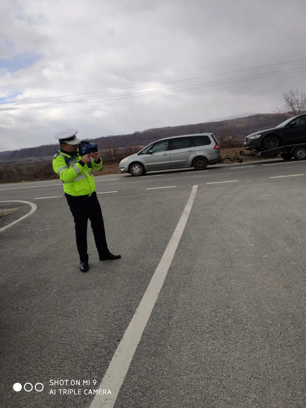 Un gorjean a fost depistat de polițiștii rutieri în timp ce conducea un autoturism cu 112 de km/h în localitate