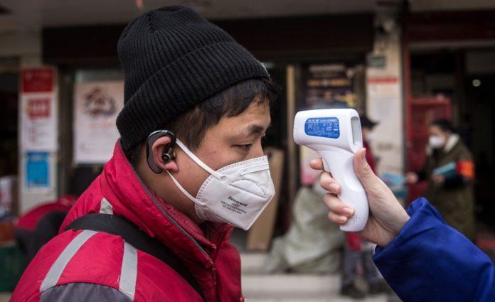 China: Dacă nu raportezi zilnic ce temperatură ai, vine poliţia
