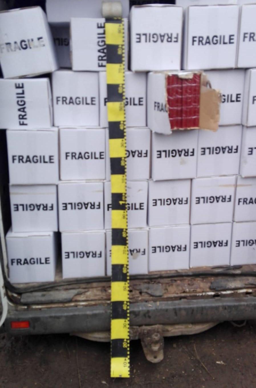 Poliţiştii au descoperit într-o autoutilitară aproape 30.000 de pachete de ţigări de contrabandă