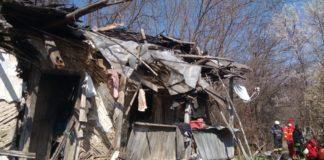 Doi bătrâni au fost salvaţi de pompieri, după ce le-a căzut casa