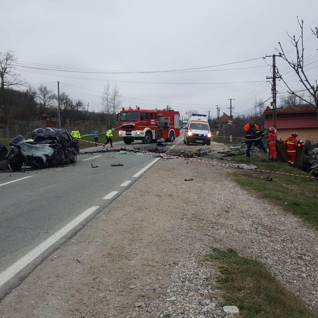 Accident în Toșmani. O persoana a decedat, iar alta este încarcerată în mașină