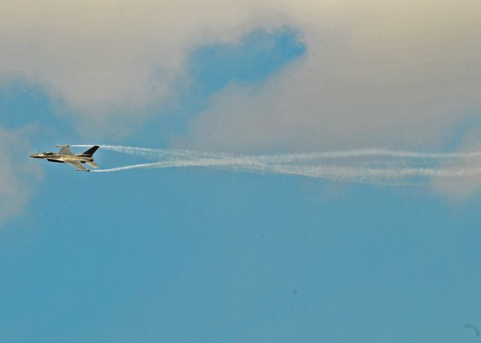 Un avion militar a băgat spaima în localnicii din Motru