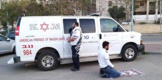 Doi paramedici din Israel, surprinși într-o pauză când se roagă
