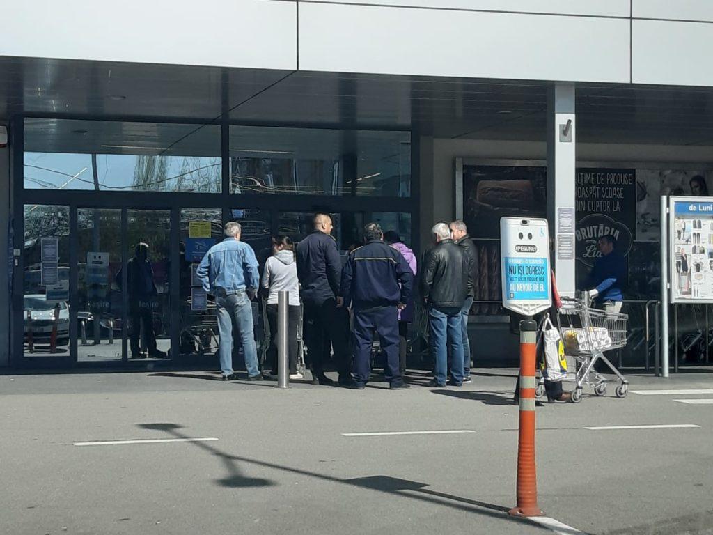 Craioveni la intrarea într-unul dintre magazinele Lidl