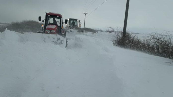 Doljul, sub asediul zăpezii. Zece drumuri județene, închise temporar