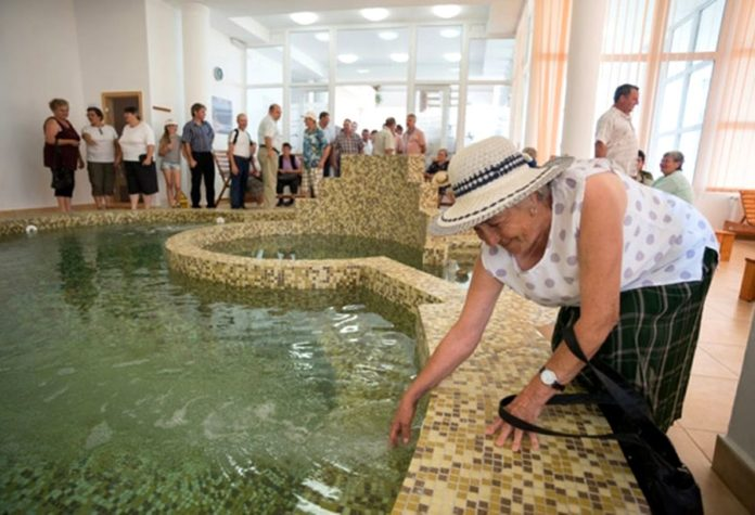 Primăriile, obligate să ajute pensionarii peste 65 de ani și singuri