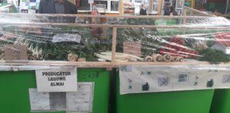Comercianţii din pieţele Craiovei îşi acoperă marfa cu folie