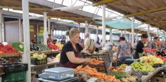 Mesele din Piaţa Centrală a Craiovei vor fi schimbate cu altele din PVC