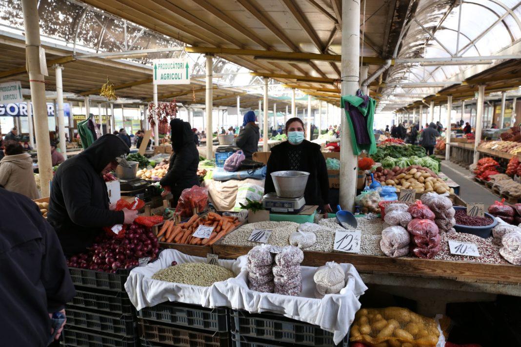 Unele legume şi fructe s-au scumpit în piaţă şi la supermarket/foto: Claudiu Tudor