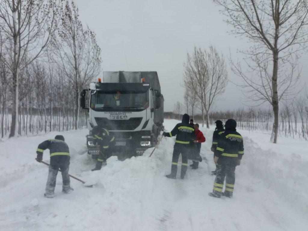 Zece pompieri militari de la Secția de Pompieri Segarcea sunt alături de echipajele de la deszăpezire pe tronsonul de drum Calopăr - Segarcea