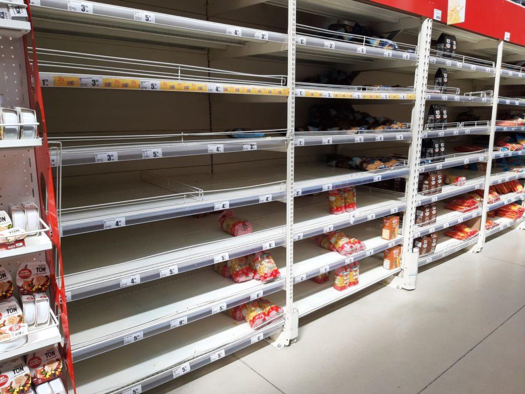 Starea de urgență nu i-a împiedicat pe craioveni să iasă din casă la cumpărături. Marile magazine duceau, ieri, lipsă de carne ambalată.