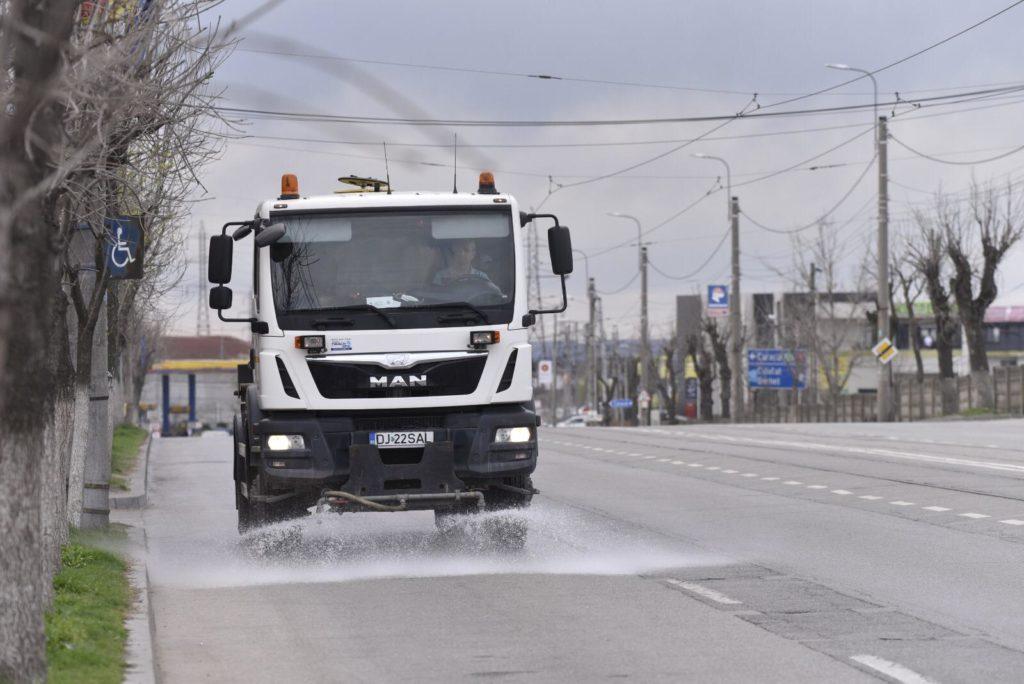 Străzile din Craiova sunt spălate și dezinfectate cu clor