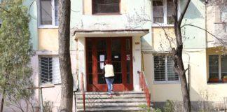Proprietarii din blocurile din Nicolae Titulescu spun că asociaţia nu a dat cu dezinfectanţi în blocuri