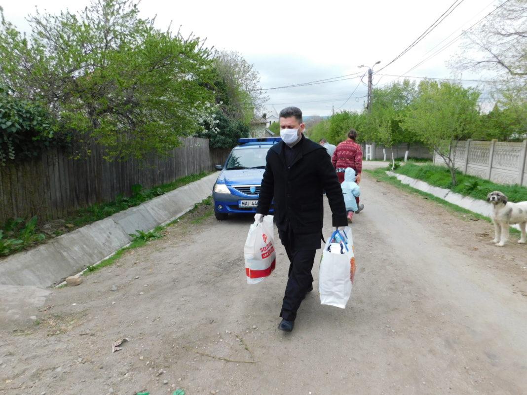 andarmii doljeni au împărţit alimente şi articole vestimentare la trei familii, din Craiova, Segarcea şi Şimnicu de Sus