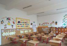 Școlile au suspendat cursurile, dar angajații apar zilnic în activitate