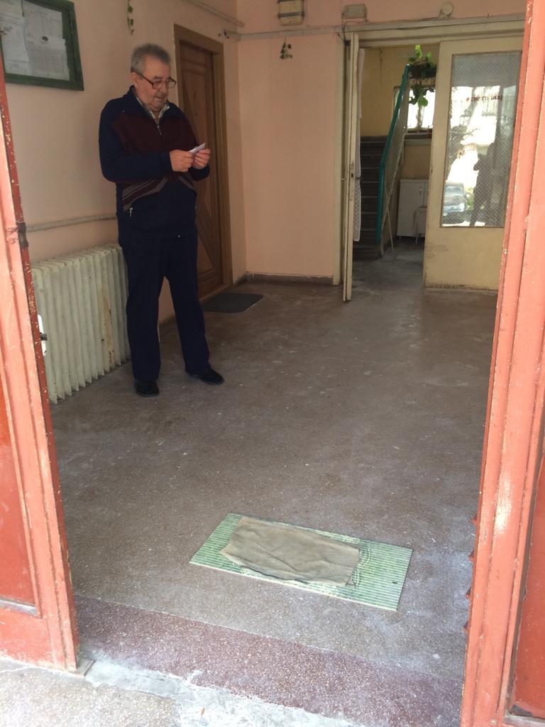 Covor cu dezinfectant la uşa blocului