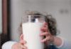 Ce spun experţii medicali despre laptele de vacă, recomandat pentru tratarea COVID-19