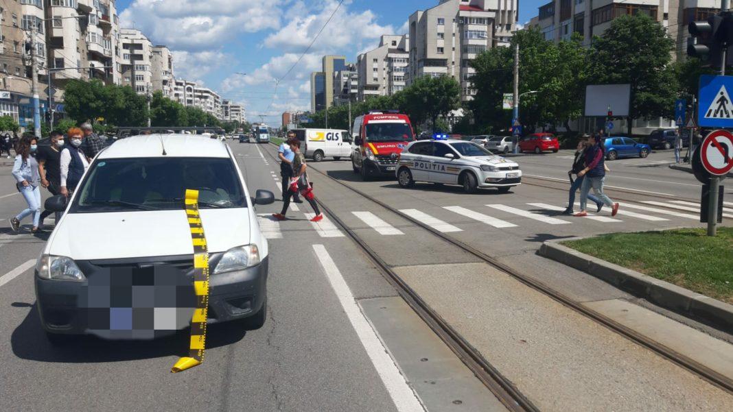 Un bărbat, de 37 de ani, din Craiova, a fost rănit în urmă cu puţin timp după ce a traversat pe culoarea roşie a semaforului.