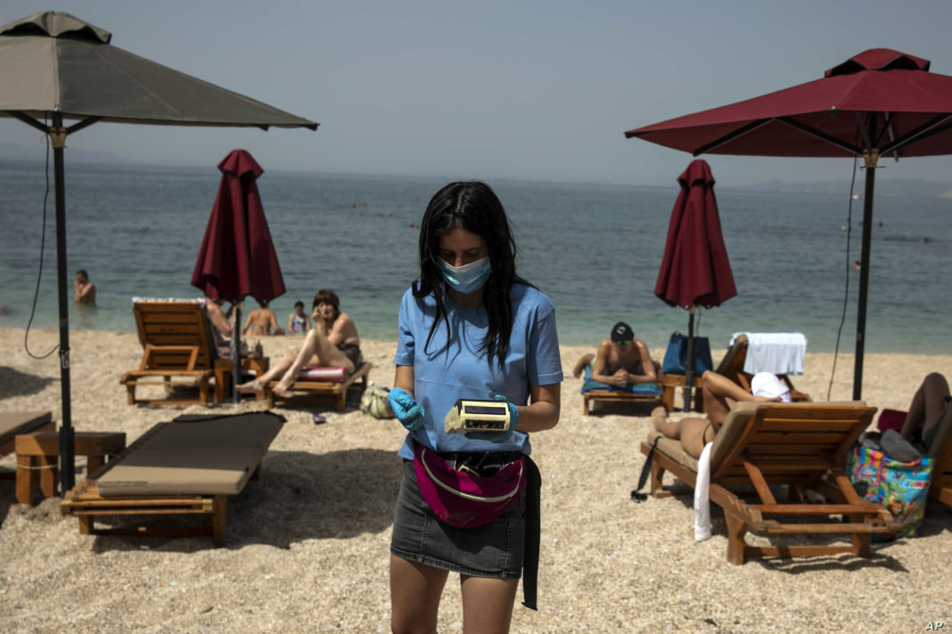 Turiştii care intră în Grecia vor trebui să plătească în curând o suprataxă de 20 de euro pentru serviciile