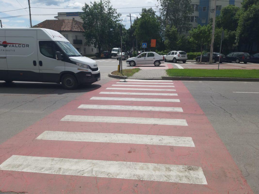 Pentru marcajele antiderapante termoplastice aplicate în zonele cu risc de producere a accidentelor rutiere, Primăria Craiova a apelat la o firmă din București