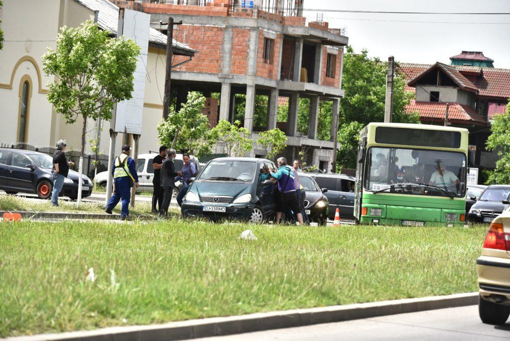 """""""Operațiunea Marcajul"""". Trasarea marcajelor rutiere a cam încurcat traficul - Foto: Cititor GdS"""