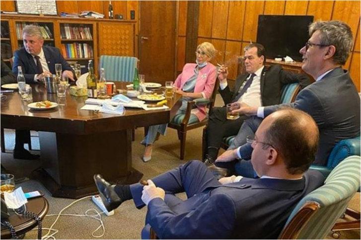 Orban fumand in birou