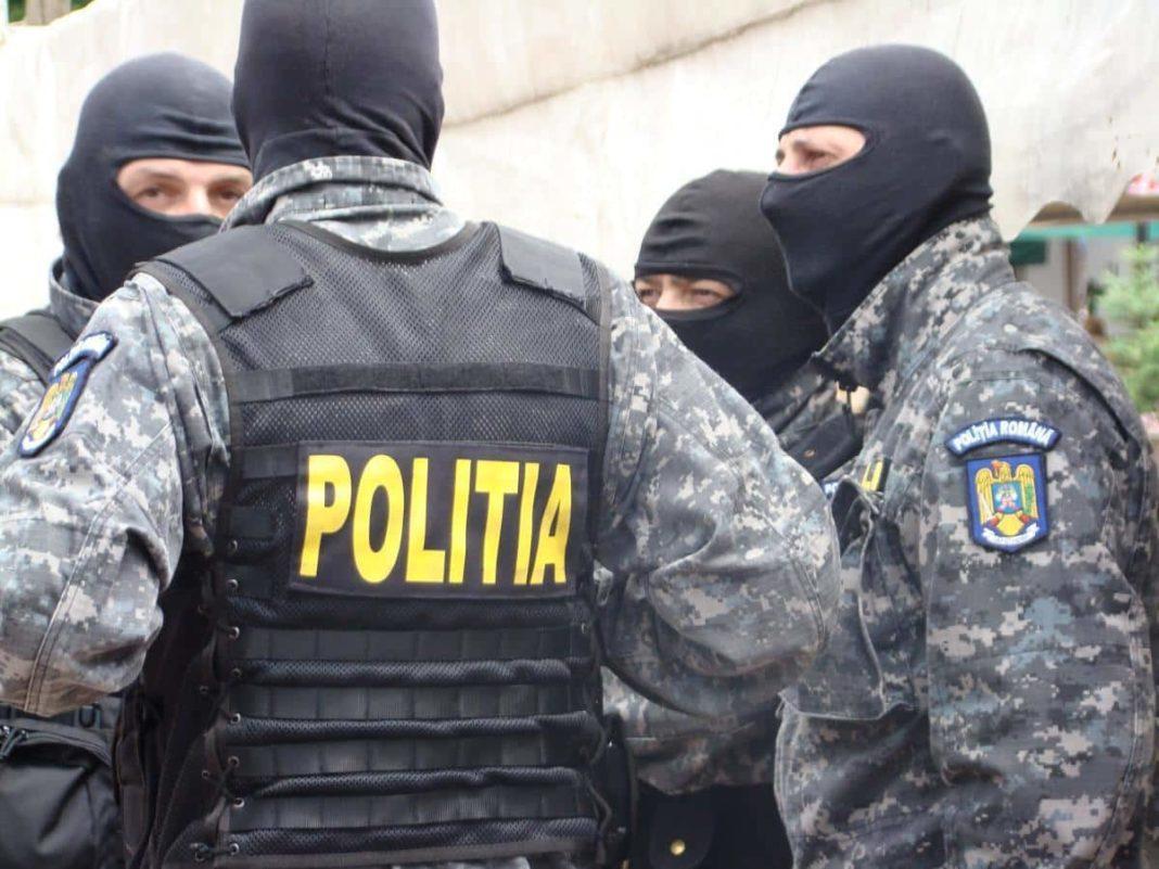 Două mandate de percheziții domiciliare la locuințele a doi bărbați din comuna Scundu, pentru completarea cercetărilor într-o cauză penal privind săvârșirea infracțiunii de nerespectarea regimului armelor și al munițiilor