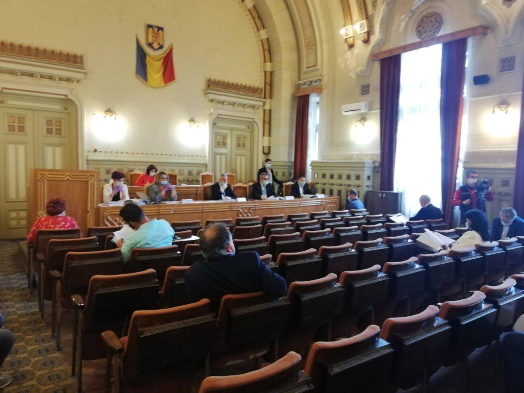 Ședința ordinară de joi a Consiliului Județean Dolj a avut loc în sala mare a instituției, pentru a fi respectate condițiile de distanțare socială