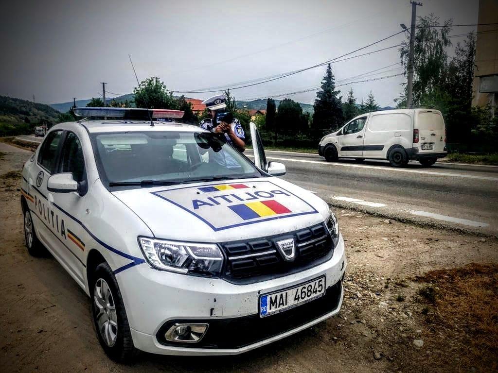 Un tânăr vâlcean a fost prins conducând pe raza localității Râureni, pe un sector de drum cu limită de 50 de km/h, cu o viteză de 174 km/h.