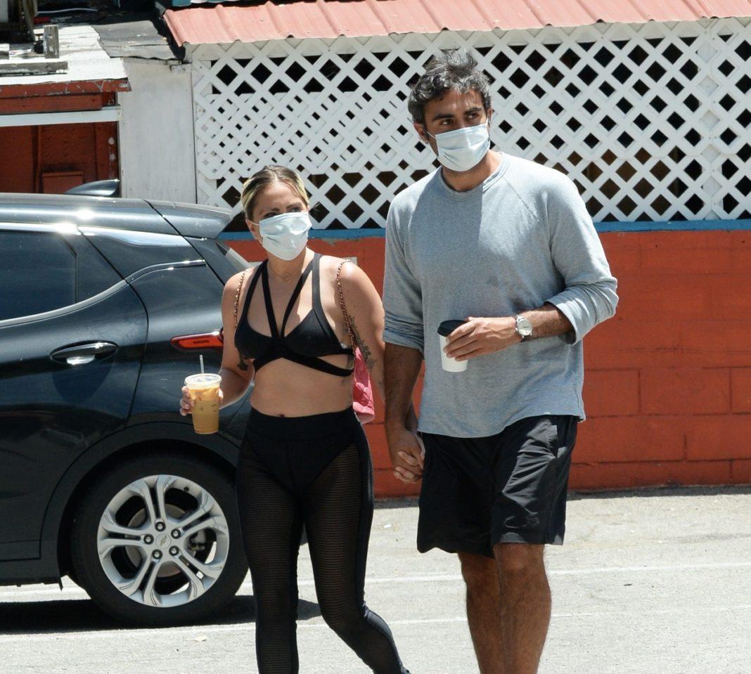 Lady Gaga a fost surprinsă alături de iubitul ei pe străzile din Hollywood cu o cafea în mână şi îmbrăcată în colanţi.