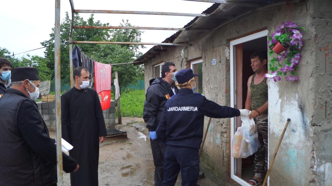 Voluntarii Paraclisului Catedralei Mântuirii Neamului şi jandarmii doljeni au oferit pachete familiilor nevoiaşe din Ocolna şi Castranova