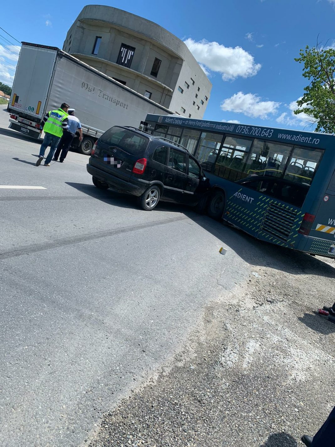 Un autobuz a intrat în coliziune cu un autoturism la intersecţia DN 55 cu drumul spre preajba
