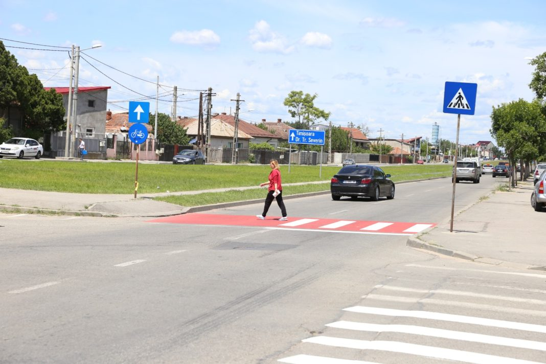 La trecerile de pietoni de pe strada Râului din Craiova au fost aplicate marcaje termoplastice antiderapante pentru a spori vizibilitatea șoferilor și siguranța pietonilor