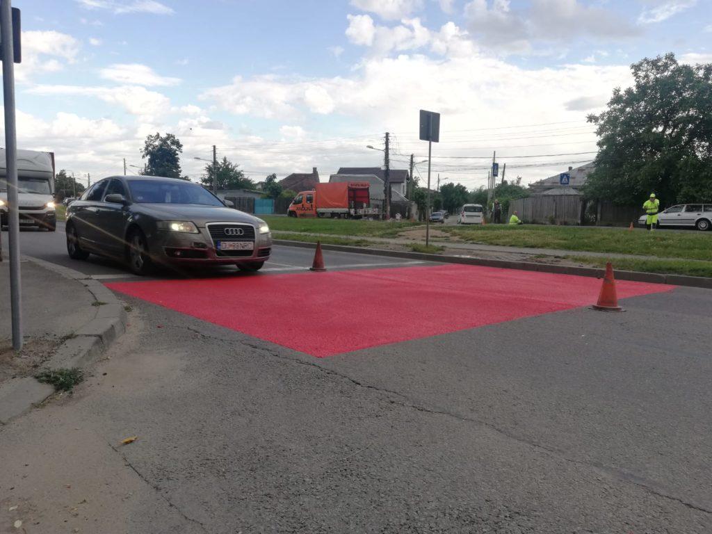 Până la semaforizare și limitatoare de viteză, pe strada Râului au fost aplicate, ieri, primele marcaje termoplastice antiderapante la trecerile de pietoni