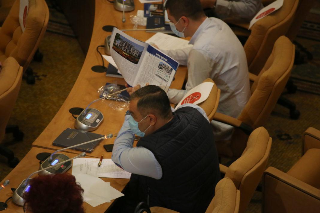 Consilierul local din partea PNL Marian Vasile a acuzat RAADPFL pentru tarifele practicate, în special pentru lucrările pe care le execută în cimitirele din Craiova. Regia îşi va majora tarifele începând de luna viitoare.