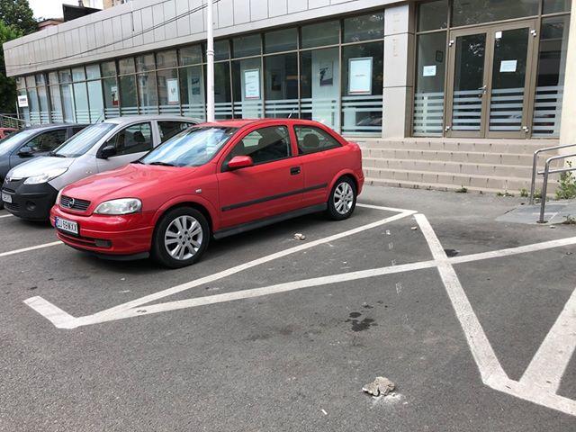 Tencuiala de pe fațada blocului V1 a ajuns pe mașinile din parcare/foto:cititor GdS