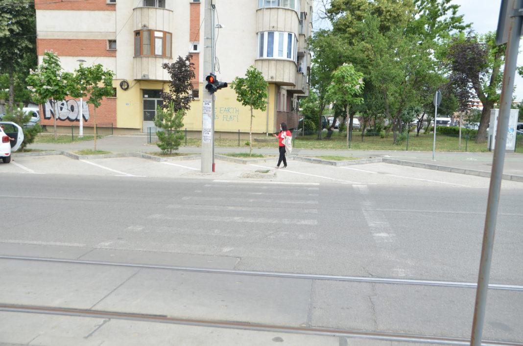 O trecere de pietoni ajunge în parcare şi nu pe trotuar aşa um ar fi normal