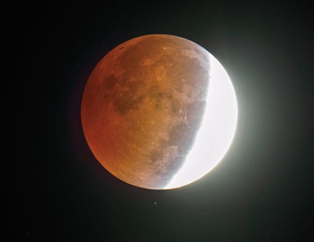 Eclipsă de lună prin penumbră. Când va fi vizibilă în România
