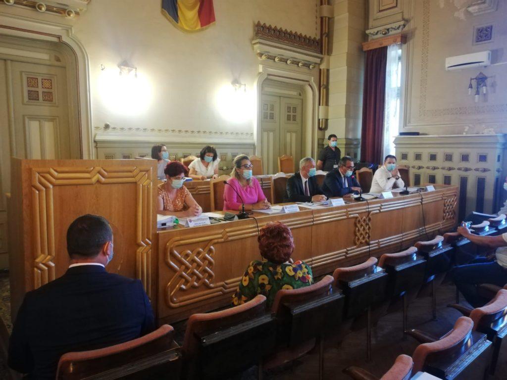În şedinţa ordinară de ieri a Consiliului Judeţean Dolj a fost aprobată redistribuirea mai multor sume de bani care s-au întors în bugetul judeţului de la diverse instituţii subordonate