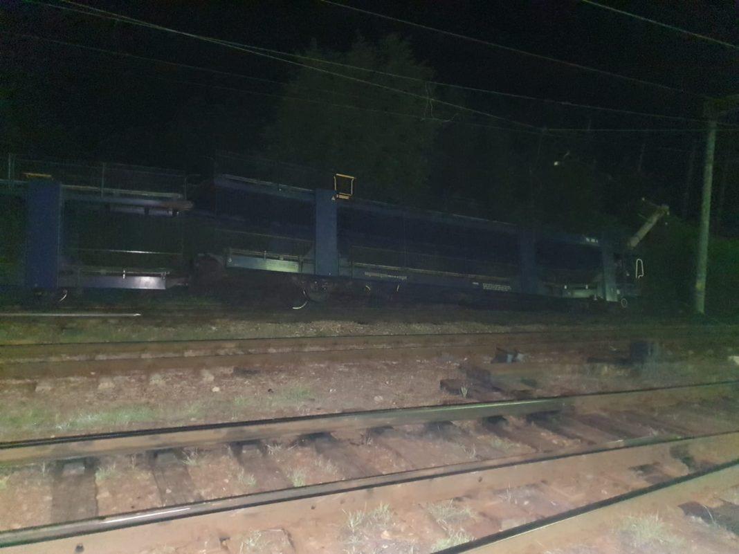 Accident feroviar în Mehedinţi după ce vagonul unui mărfar a deraiat