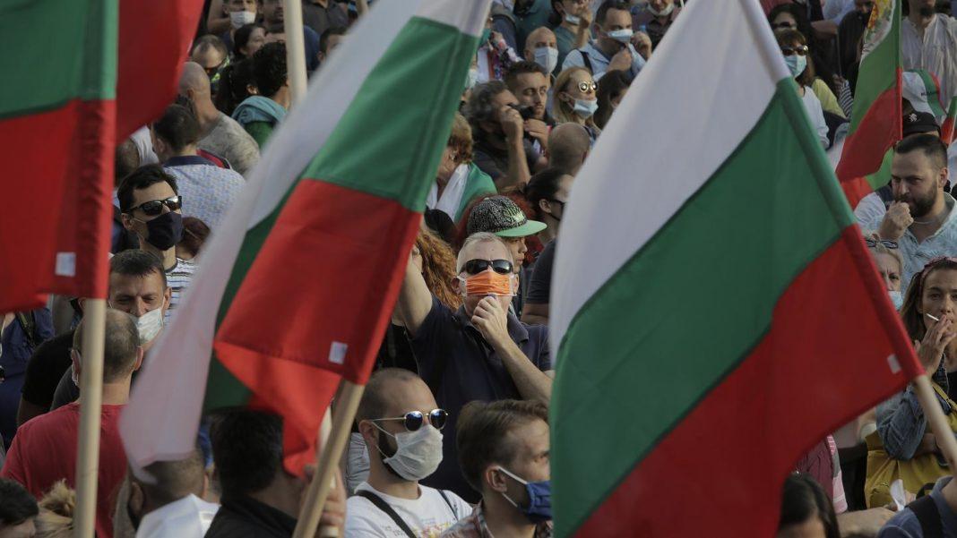 Protestatarii bulgari au atact o mașină cu doi copii la bord