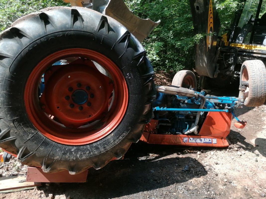 A murit strivită de cabina unui tractor