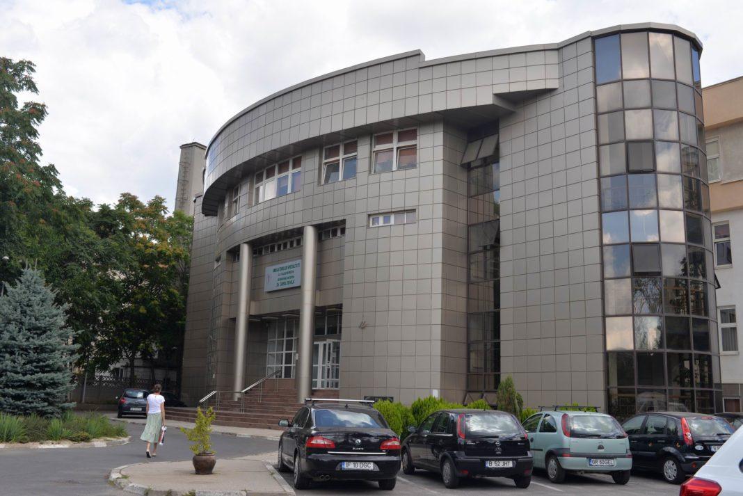 Fostul preşedinte Emil Constantinescu şi-a fracturat grav clavicula şi glezna, fiind operat la Spitalul Militar Central