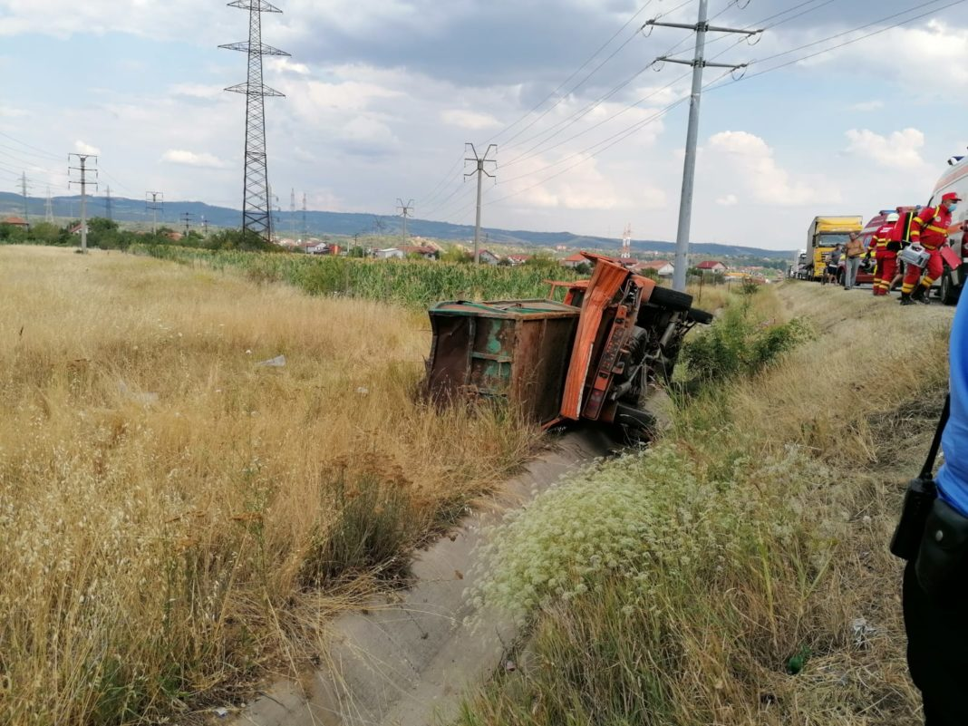 În urma accidentului, în care au fost implicate: o autoutilitară, un autoturism și un autotren, au rezultat trei victime