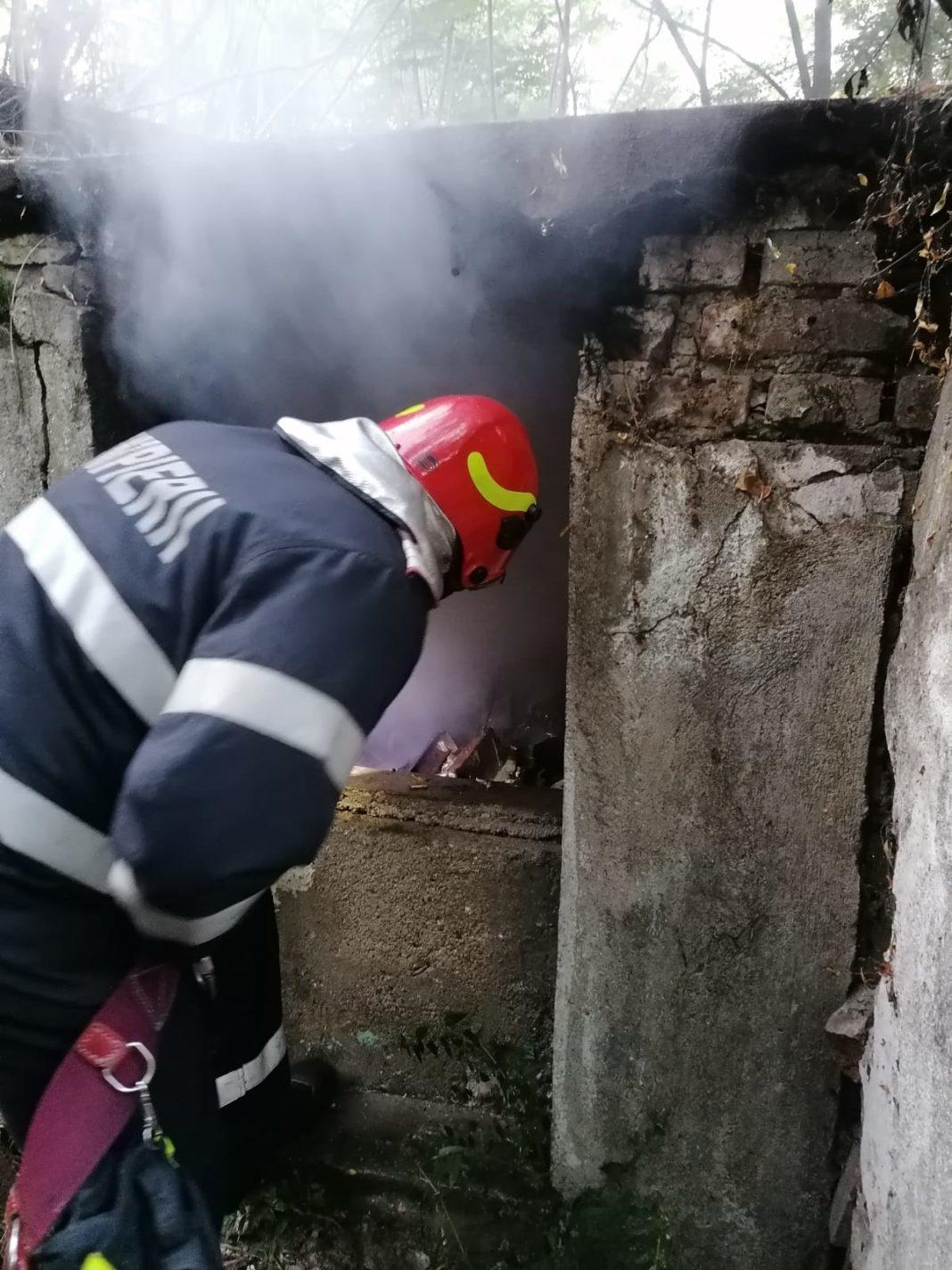 Pompierii mehedințeni au intervenit cu două autospeciale cu apă și spumă pentru stingerea unui incendiu izbucnit la o clădire părăsită